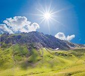 Bergdal op de fonkeling zomerdag — Stockfoto