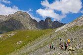 Grupo de caminhantes em um montanhas — Fotografia Stock