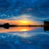 Coucher de soleil spectaculaire sur un lac — Photo