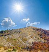 Güneşli bir günde bir dağlar — Stok fotoğraf