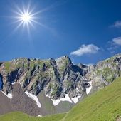 Green mountains by a sunny day — Foto Stock