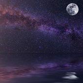 Noche estrellada se refleja en un agua — Foto de Stock