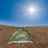 Turistiska tält bland en stäpp — Stockfoto
