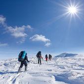 Grupo de turistas en una montaña de invierno — Foto de Stock