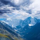 密な雲の下の山の谷 — ストック写真