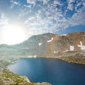 Emerald lake in a mountain bowl — Zdjęcie stockowe