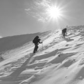 Hikers ascent grayscale scene — Stock Photo