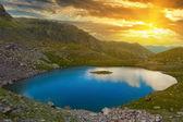 Lac de montagne au coucher de soleil — Photo