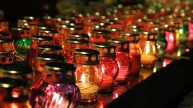 Muitas lâmpadas de vidro com luzes de velas. — Vídeo Stock