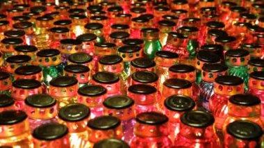 多くのガラスのロウソクから灯ランプ — ストックビデオ