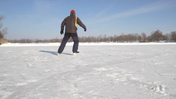 Hombre en los patines — Vídeo de stock