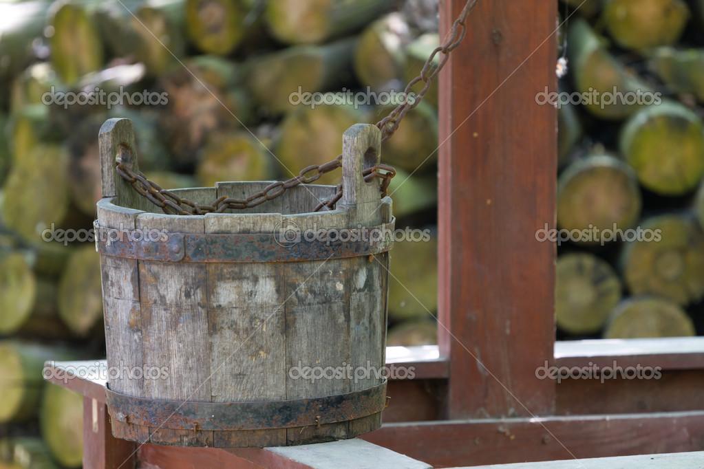 旧的木桶和井 - 图库图片