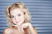 Cara feliz fresca de uma jovem loira natural — Foto Stock