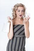 Mujer bonita sorpresa con una caja de anillo — Foto de Stock