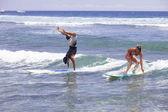 Headstand podczas surfowania na Hawajach — Zdjęcie stockowe