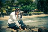 Homme à la caméra et un objectif zoom — Photo