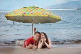 Funny Romantic Newlyweds in Hawaii — Stock Photo