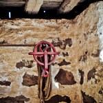クレーンのフックとロープで赤いホイール — ストック写真
