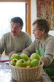 Мать и сын с яблоками на переднем плане — Стоковое фото