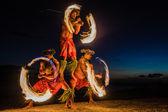 Danzatori del fuoco hawaiano nell'oceano — Foto Stock