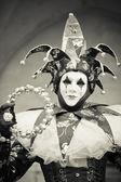 Wenecki karnawał kobieta zrobić jako błazna czarno-biały obraz — Zdjęcie stockowe