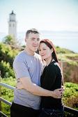 Couple romantique devant un phare en californie — Photo