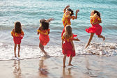 Polynesian Hula girls in jumping in the ocean — Stock Photo