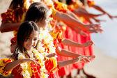 Ballerina di hula giovane conduce la troupe — Foto Stock