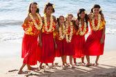 Ragazze di hula polinesiana in amicizia presso l'oceano — Foto Stock