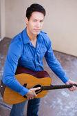 Homme dans la trentaine avec une guitare acoustique — Photo