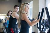 Hermosa mujer con pelo largo ejercicio en el gimnasio — Foto de Stock