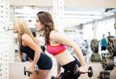 Kvinna på gymmet — Stockfoto