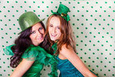 Mujeres hermosas en verde y una ducha de tréboles — Foto de Stock