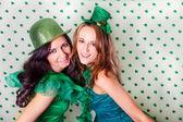 Vackra kvinnor i grönt och en dusch av shamrocks — Stockfoto