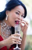 Mujer disfrutando de champagne y fresas — Foto de Stock