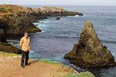 Uomo in vacanza lungo la costa di mendocino — Foto Stock