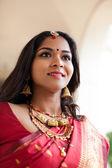 Elegante indiase bruid in kathedraal gang — Stockfoto