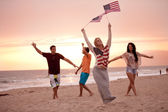 Friends in their twenties dancing on the Beach at Sunset — Stockfoto