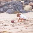 Child playing on the beach — Foto Stock