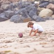 Child playing on the beach — 图库照片