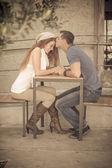 Joven pareja besos — Foto de Stock