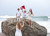 Children gathering for a family Picture Xmas Day at the Beach in Los Angeles — Stock Photo