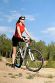Beautiful woman bicyclist — Stockfoto
