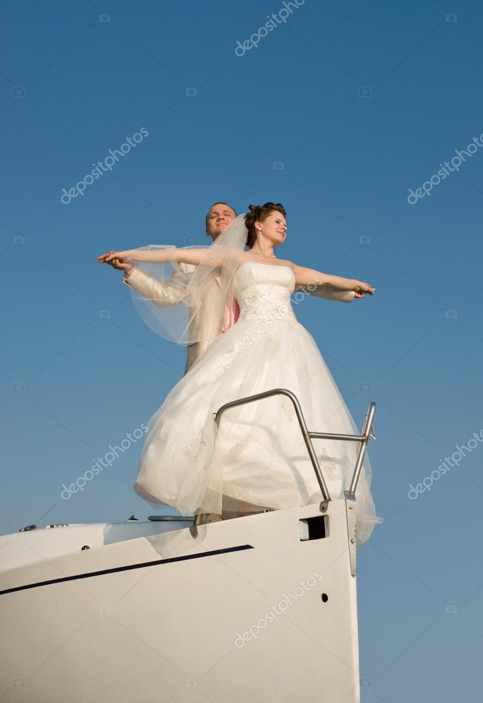 newly married couple stand on nose white yacht, on sky background — Stock Photo #14190016