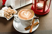 Vit kopp med kaffe - cappuccino — Stockfoto