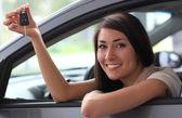 Mulher sorridente feliz com chave do carro — Foto Stock