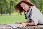 读一本书在公园华丽黑发女子肖像 — 图库照片