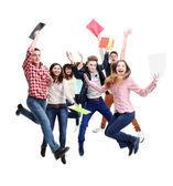 Groep gelukkige jonge springen — Stockfoto
