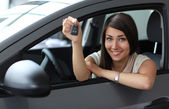 Happy smiling woman with car key. Driving — Foto Stock