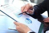 Zakelijke bijeenkomst te bespreken van de situatie op de markt — Stockfoto